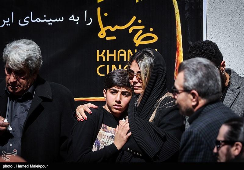 الهام ایمانی همسر و دیاکو الوند فرزند زندهیاد خشایار الوند در مراسم تشییع