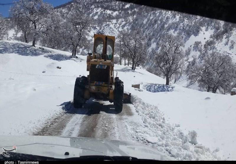 بارش برف در محورهای مواصلاتی کوهدشت؛ عملیات برفروبی در حال انجام است
