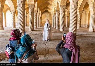 حیاط اندرونی در میان شاهنشین و ایوانهای کوچک محصور شده است. شبستان مسجد بهشکلی شگفتانگیز از طاقهای یکاندازهی ۷۵ در ۳۵ متری تشکیل شده است.
