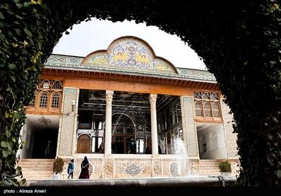 این باغ، بخشی از عمارت اعیانی محمدعلیخان قوامالملک، از ثروتمندان شیراز در دورهی قاجار بوده است. ورودی عمارت مرکزی که به عمارت قوام معروف است، بهشکل قرینه طراحی شده است و به اتاقهایی با کاشیکاریهای ظریف، تابلوهای منبتکاریشده و پنجرههایی با شیشههای رنگی منتهی میشود.