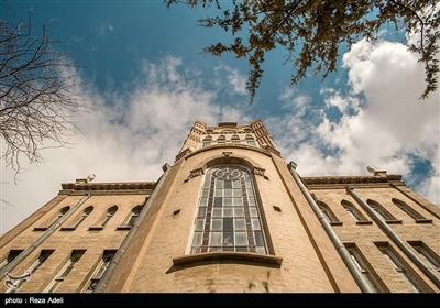 بنای زیبای عمارت دارای برج ساعتی به ارتفاع ۳۰٫۴ متر است که طی ۷۰ سال اخیر بیوقفه هر ۱۵ دقیقه یکبار آوای گوشنواز آن گذشت زمان را به مردم شهر یادآوری کرده است.