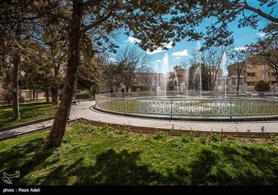 این بنا در وسط شهر تبریز و در میدانی موسوم به میدان ساعت واقع شده و در حال حاضر تمام امور عمرانی شهر و امور اداری شهرداری تبریز در این تالار و عمارت متمرکز است.