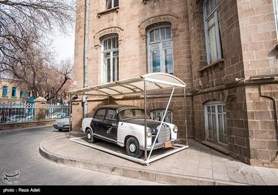 در محوطه عمارت شهرداری تعدادی از اتومبیلهای قدیمی از جمله تاکسی و اولین ماشین آتشنشانی تبریز در معرض دید عموم قرار دارند.