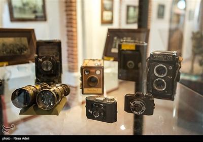 یکی دیگر از تالارهای جالب این موزه، تالار دوربینهای قدیمی است. در این تالار، تاریخچه و روند تکوین و شکلگیری دوربینهای نسل قدیم در دوران مختلف در معرض دید عموم قرار دارد.