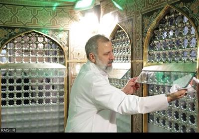حجت الاسلام والمسلمین سید ابراهیم رئیسی کی موجودگی میں ضریح امام رضا علیہ السلام کی صفائی کے روح پرور مناظر