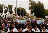پیکر پاک 3 شهید گمنام بر روی دستان مردم بوشهر تشییع شد