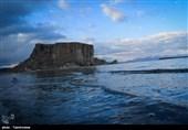 """صخره """"قالا داشی"""" از شگفتیهای طبیعی سواحل دریاچه ارومیه+تصاویر"""