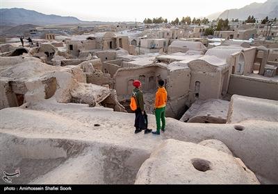 روستای خرانق در ناحیه کوهستانی استان یزد واقع شده است و هوای بسیار خنکتری نسبت به یزد دارد. امروزه دارای دو بخش جدید و قدیم است که جمعیت روستا امروز در بخش جدید ساکن است