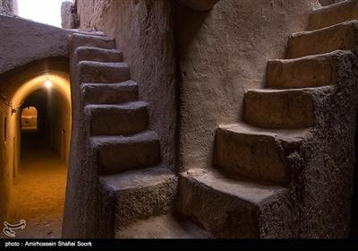 این قلعه ۳ طبقه خشت و گلی که ۷۷۹۰ مترمربع مساحت دارد و در روستای سریزد از توابع مهریز استان یزد واقع شده بنایی با کاربری حکومتی و دفاعی بودهاست اما این قلعه ویژگی منحصر به فردی دارد.