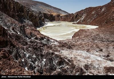 گنبد نمکی قم که در فاصله 20 کیلومتری غرب شهر قرار گرفته، به عنوان بزرگترین گنبد نمکی کشور و یکی از جاذبه های ژئوتوریسمی (زمین گردشگری) ایران به شما میرود که از لحاظ متقارن بودن و نیز وجود دریاچه ای در میانه خود، در جهان منحصر به فرد می باشد.