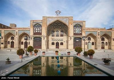 ورودی اصلی مسجد از طریق ایوان شرقی است که با در چوبی بزرگی به راسته زرگرها مرتبط می شود. بر اساس روایت های موجود، درب چوبی مزبور، از حرم حضرت علی (ع) به این مسجد منتقل شده و بدین جهت، به بقای شاه نجف مشهور گردیده است.