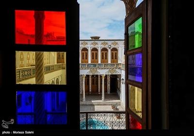 اتاق های زیبا با پنجره هایی با شیشه های رنگی،گچ بری بینظیر این ساختمان، کاشیکاری های این مکان و نوع معماری از این خانه جاذبه ای منحصر به فرد ساخته است.
