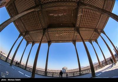. این بنا در ضلع غربی میدان نقش جهان و روبروی مسجد شیخ لطفالله واقع شدهاست.