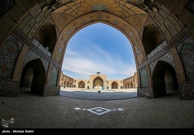 این بنا که مانند بسیاری از بناهای دوره صفویه از آجر ساخته شده از نوع مساجد چهار ایوانی است.