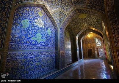 این مسجد شاهکاری از معماری و کاشیکاری قرن یازدهم هجری است که توسط استاد محمدرضا اصفهانی از معماران نامدار آن دوره ساخته شدهاست.