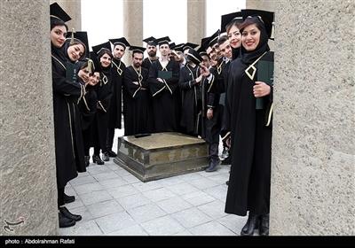 جشن فارغ التحصیلی دانشجویان دانشگاه علوم پزشکی همدان در کنار آرامگاه حکیم ابوعلی سینا