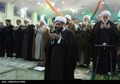 اقامه نماز توسط حجت الاسلام حبیب الله شعبانی امام جمعه جدید همدان
