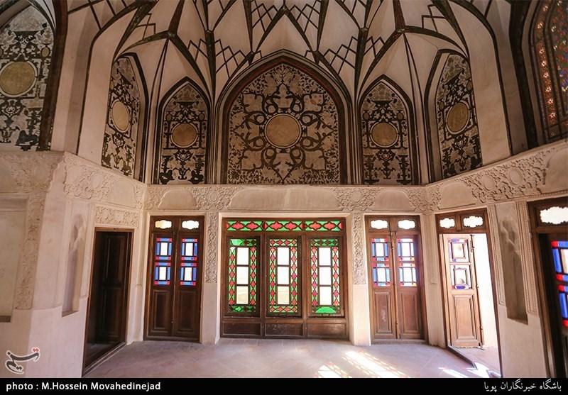 معماری خانه طباطباییها به شیوه معماری حجابدار و گودالباغچه، متقارن و درونگرا است