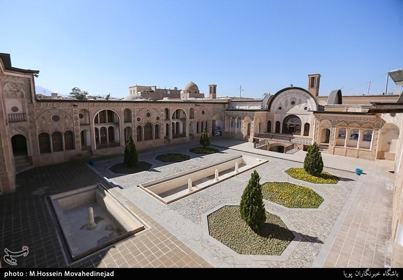 عنوان تصویرمجموعه خانه تاریخی طباطباییها با ۴۷۰۰ مترمربع وسعت دارای ۴۰ اتاق، ۴ حیاط، ۴ سرداب (زیرزمین)، ۳ بادگیر و ۲ رشته قنات است