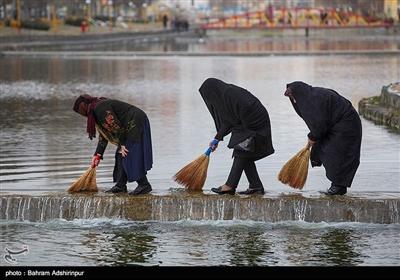 جارو زدن آب، قیچی کردن آب، رها کردن کفش های کهنه در آب و سه بار از عرض رودخانه رد شدن از جمله کارهایی است که در این مراسم توسط مردم انجام می شود.