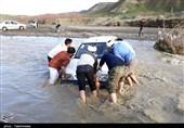 گرفتار شدن 200 خودرو بر اثر طغیان مسیل در دروازه قرآن شیراز
