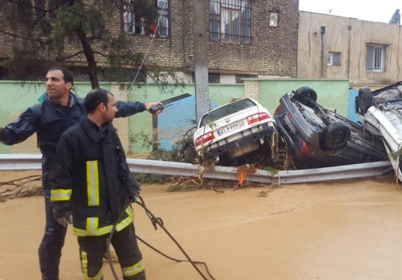 گزارش تسنیم از سیلاب شیراز؛ ۱۰۰ خودرو در سیل گرفتار شد؛ ورودی شیراز مسدود است