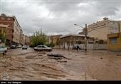 ورود سیلاب به مناطق شرق شیراز؛ برخی از منازل دچار آبگرفتگی شدند