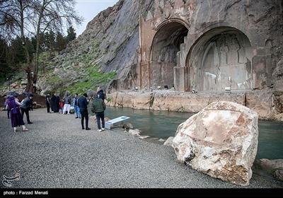 مسافران نوروزی در محوطه تاریخی طاق بستان - کرمانشاه