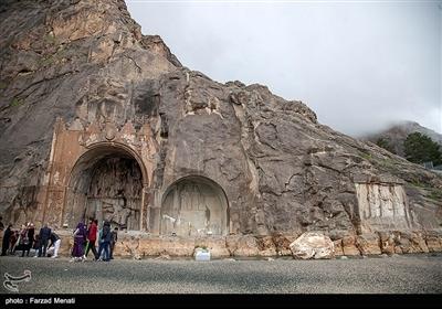 مسافران نوروزی در محوطه تاریخی طاق بیستان - کرمانشاه