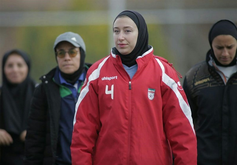 سرمربی تیم فوتبال بانوان در گفتوگو با ایندیپندنت: حجاب انگیزه ورزشکاران را بیشتر میکند/ همیشه عاشق ایران بودم