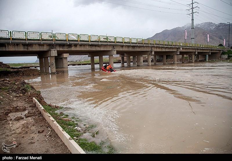 نجات جان سرنشینان خودروی غرق شده در رودخانه توسط پلیس