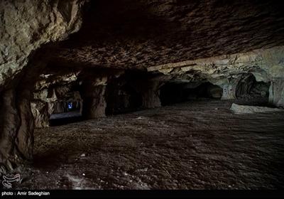 ارتفاع آن ۳ تا ۴ متر است که در انتها به کمتر از یک متر میرسد و در مجموع دارای ۱۲ دهانه و ۱۰۰ ستون است.