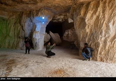 در غار سنگ شکن میتوانید بیش از 100 ستون سنگی را ببینید که غار را شبیه به تالاری مجلل کردهاند.