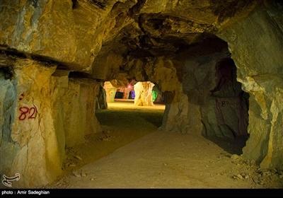 طول غار حدود ۳۵۰ متر و عرض آن ۱۵۰ متر است که وسعتی حدود ۴ هکتار را در بر میگیرد.