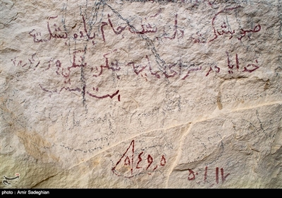 بر برخی نقاط یادگاری نویسی بر دیوارهای تاریخی غار سنگشکنان جهرم چهره آن را زشت کرده است