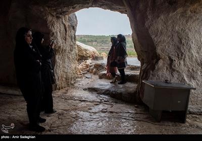 طول غار حدود ۳۵۰ متر و عرض آن ۱۵۰ متر است که وسعتی حدود ۴ هکتار را در بر میگیرد. ارتفاع آن ۳ تا ۴ متر است که در انتها به کمتر از یک متر میرسد و در مجموع دارای ۱۲ دهانه و ۱۰۰ ستون است. این غار دست ساز قدمتی بین 150 تا 200 سال دارد در 185 کیلومتری جنوب شرق شیراز واقع شده است.