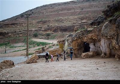 این غار دست ساز قدمتی بین 150 تا 200 سال دارد در 185 کیلومتری جنوب شرق شیراز واقع شده است.