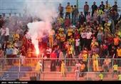حاشیه بازی پارس جنوبی - سپیدرود| توقف بازی به دلیل بنرهای اعتراضآمیز هواداران + تصاویر