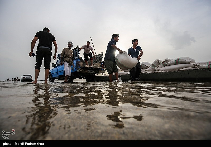 کرمان| طغیان روخانه راه ارتباطی 16 روستای رودبارجنوب را مسدود کرد