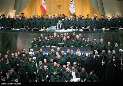 نواب البرلمان الايراني يرتدون زي حرس الثورة الاسلامية