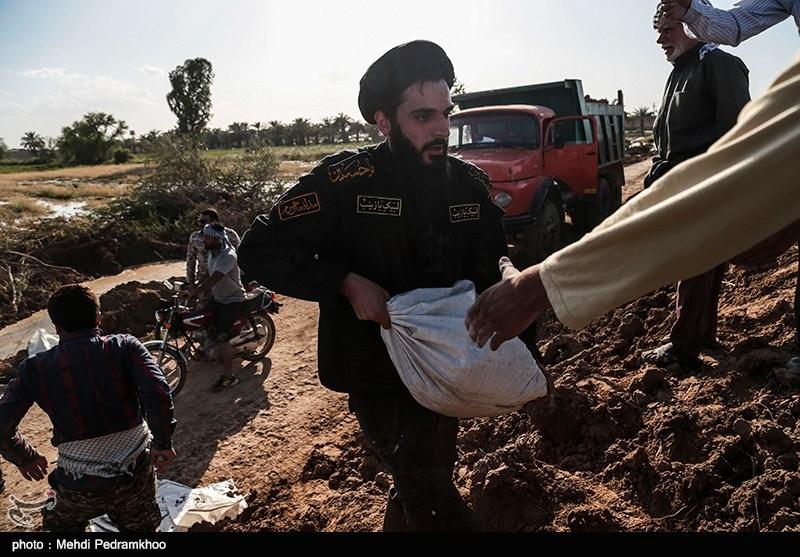 تلاش نیروهای جهادی و بومی منطقه گلدشت اهواز برای مهار سیلاب + فیلم