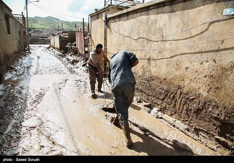 فیلم| درخواست مردم شهر سیل زده معمولان: مشکل مسکن و خرابی جاده خرم آباد را حل کنید