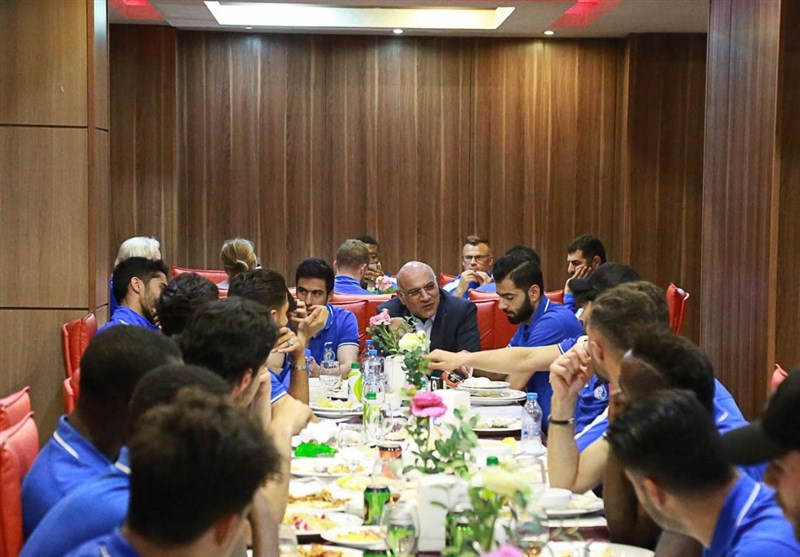 صحبتهای فتحی با بازیکنان استقلال در جلسه فنی + عکس