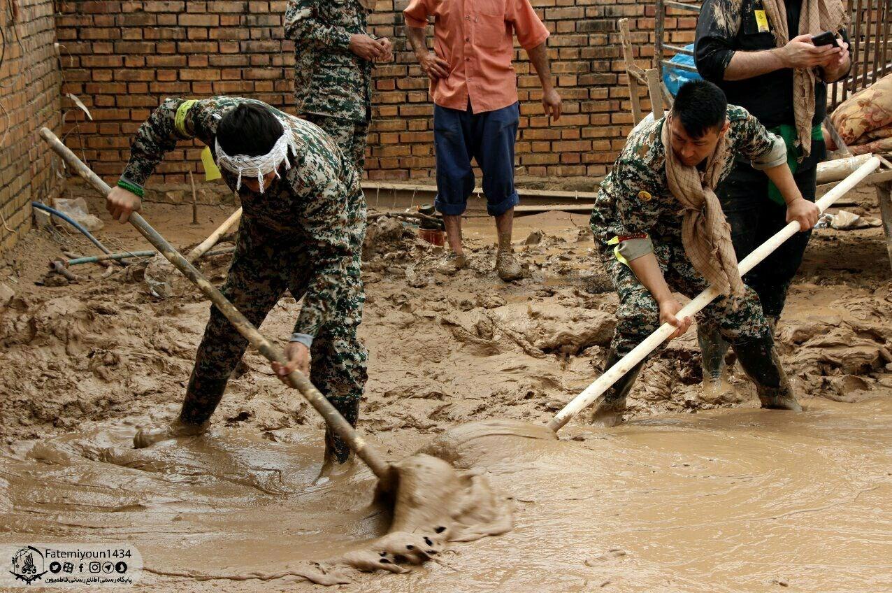 Image result for امداد رسانی نیروهای بسیجی به سیل زدگان