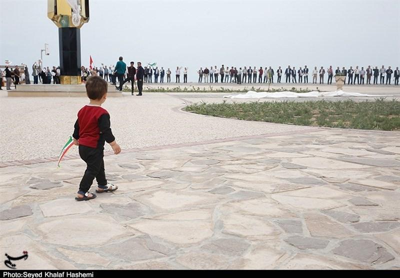 بوشهریها در حمایت از سپاه در کنار آبهای خلیج فارس زنجیره انسانی تشکیل دادند+تصاویر