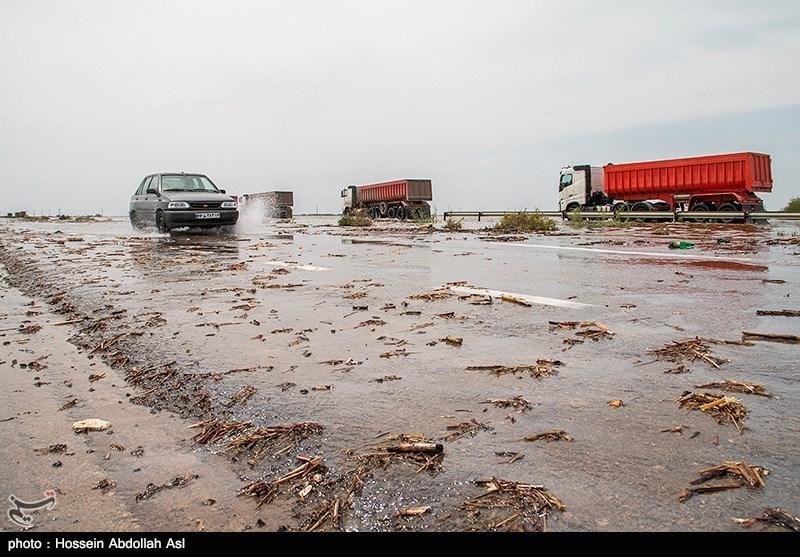 خوزستان| حاشیه جاده آبادان  ماهشهر مملو از آب است؛ ضرورت رعایت رانندگان
