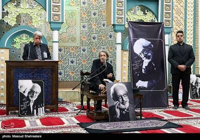 نادر مشایخی فرزند مرحوم جمشید مشایخی، آهنگساز و رهبر ارکستر در مراسم ترحیم مرحوم جمشید مشایخی