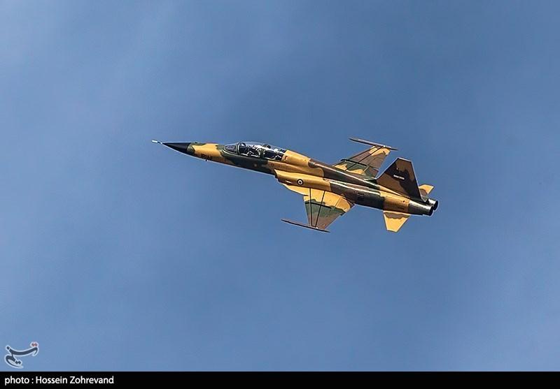 """تحلیق مقاتلة """"کوثر"""" ایرانیة الصنع بمناسبة یوم الجیش"""
