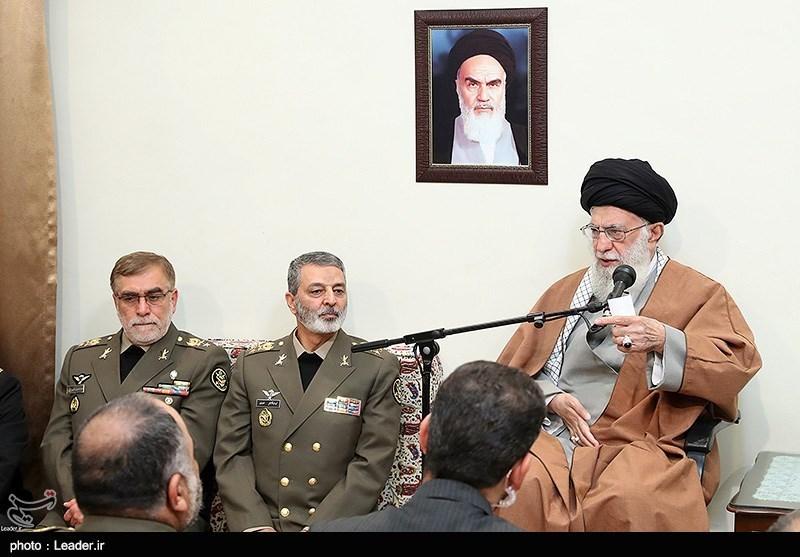 الامام الخامنئی یستقبل جمعاً من قادة الجیش الایرانی