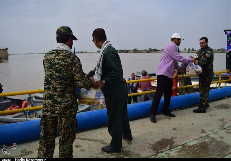 امدادرسانی رزمندگان پایگاه امام علی(ع) نیروی دریایی سپاه به سیل زدگان چابهار + فیلم